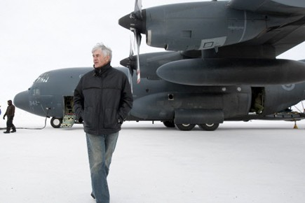 Lawrence Cannon à son arrivée à Resolute Bay.... (Photo: Reuters)