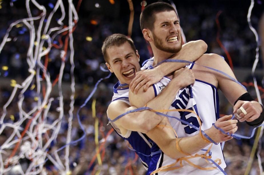 Jon Scheyer et Brian Zoubek, après la victoire... (Photo: Reuters)