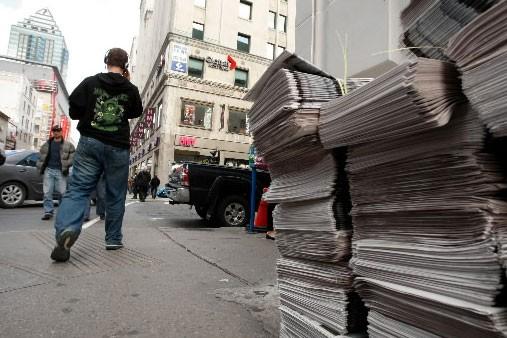 Des journaux The Gazette empilés près des bureaux... (Photo: archives La Presse)