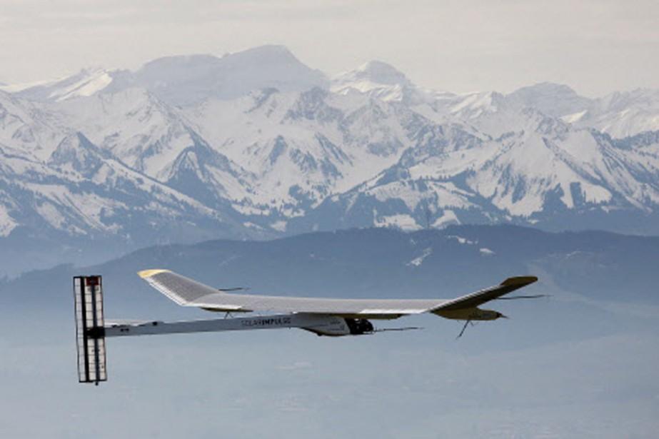 Le Solar Impulse en vol au-dessus des montagnes... (Photo: AFP)