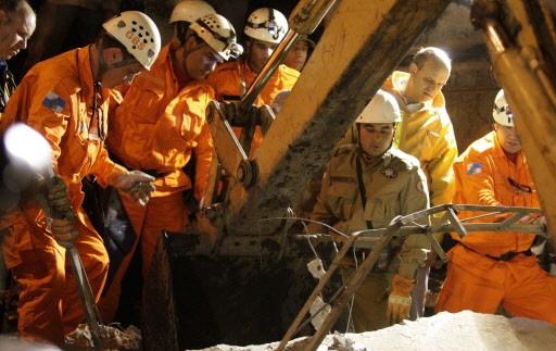 Des secouristes à pied d'oeuvre après le nouveau... (Photo: Reuters)