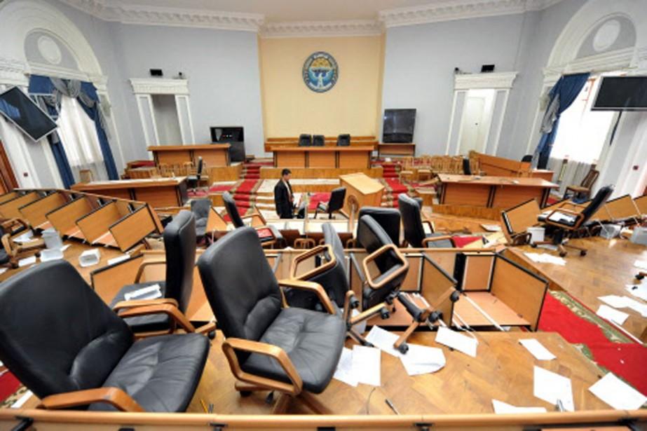 Le parlement de Bichkek, sens dessus dessous après... (Photo: AFP)