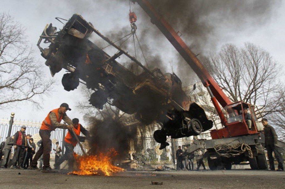 Des travailleurs retirent du centre-ville de Bichkek la... (Photo: Reuters)
