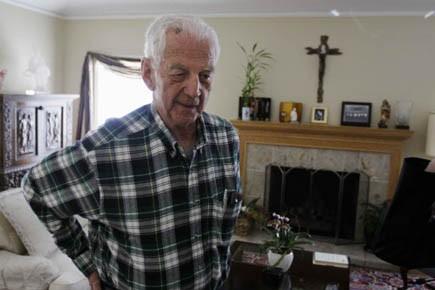 L'ancien évêque du diocèse d'Oakland, John S. Cummins,... (Photo AP)