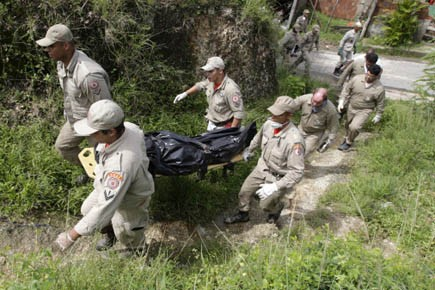 Des pompiers transportent le corps d'une victime.... (Photo Reuters)