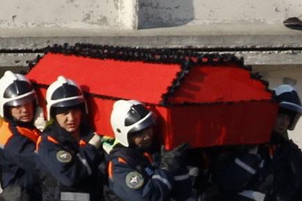Des policiers portent le cercueil du président polonais,... (Photo: Reuters)