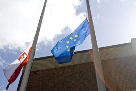 Les drapeaux devant le consulat polonais à Montréal... (Photo: David Boily, La Presse)