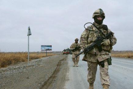 Des soldats canadiens patrouillent à Kandahar lors d'une... (Photo: Archives La Presse)