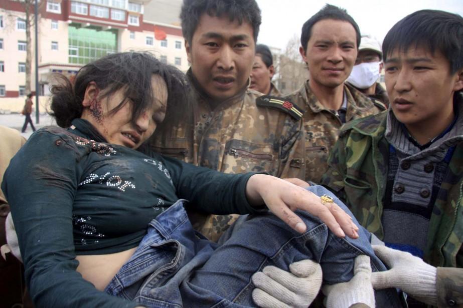 Des secouristes ont réussi à dégager cette jeune... (Photo: AP)