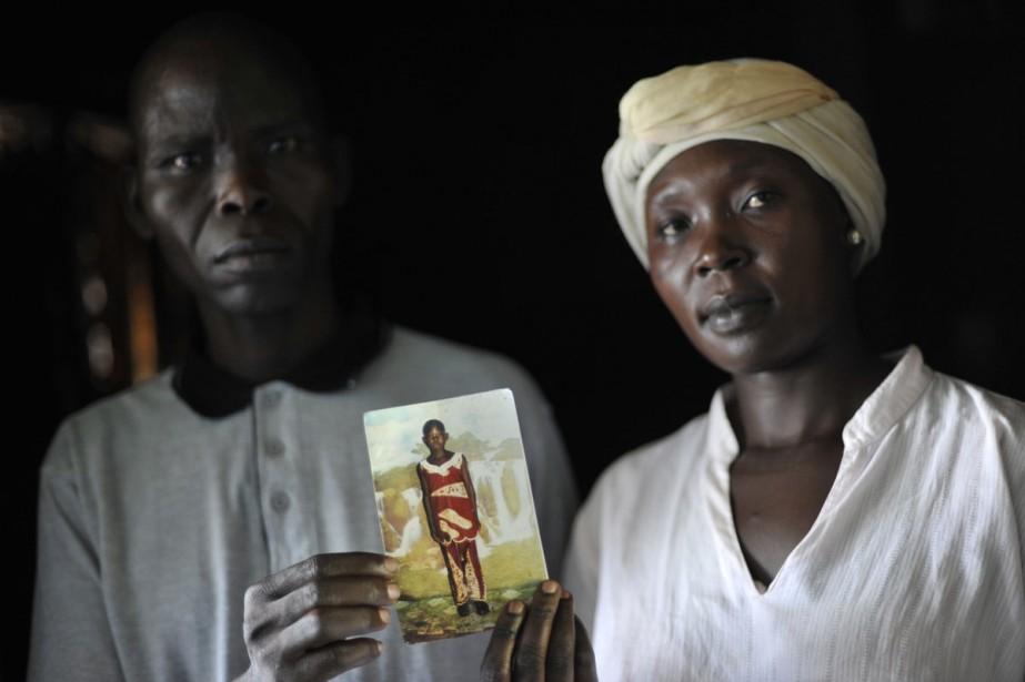 Balluonzima Christ et Rose Ajiba montrent la photo... (Photo: Reuters)