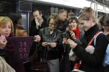 Démodé le tricot ? Un groupe de jeunes Parisiennes, passionnées... (Photo: AFP)