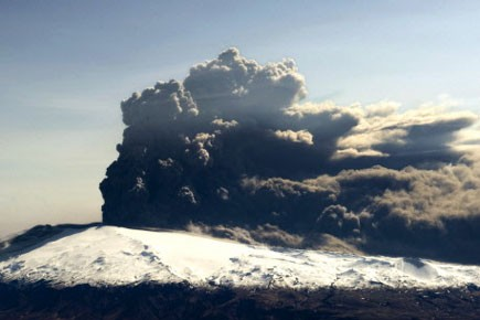 L'éruption spectaculaire d'un volcan islandais inconnu au... (Photo: AFP)