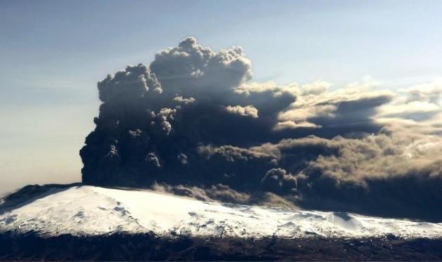 Une vue aérienne du panache de fumée et... (AFP)