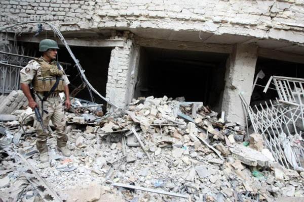 Un soldat irakien monte la garde sur le... (Photo AFP)