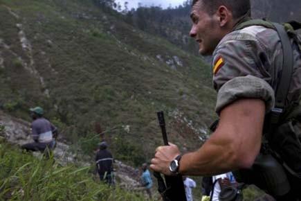 Un soldat espagnol marche en direction des lieux... (Photo: Ramon Espinosa, AP)