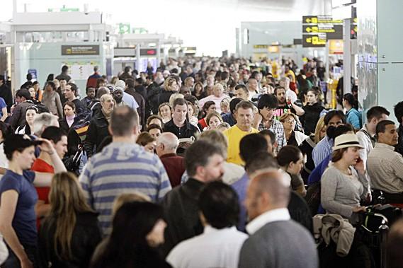 Des passagers font la file à l'aéroport international... (Reuters)