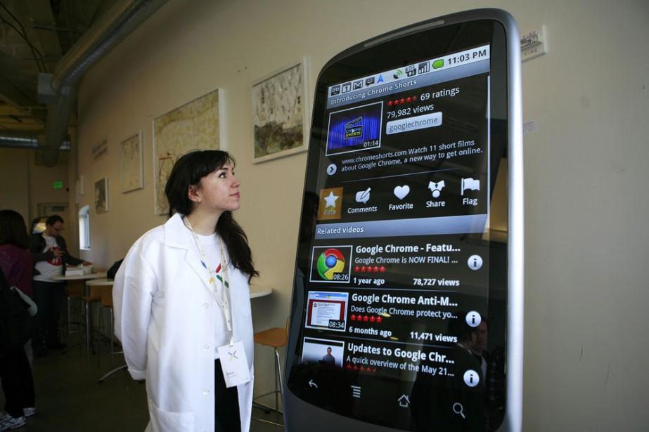 Le téléphone Nexus One de Google...format géant!... (Photo: Reuters)