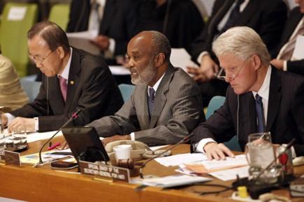 Bqn Ki-moon, René Préval et Bill Clinton lors... (Photo Reuters)