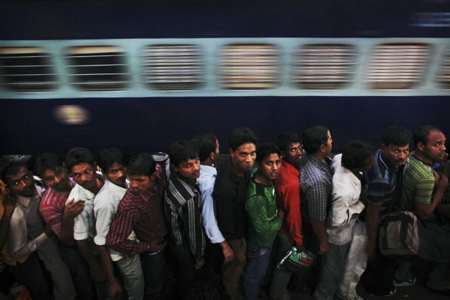 Des Indiens se pressent pour embarquer dans le... (Photo: archives AP)