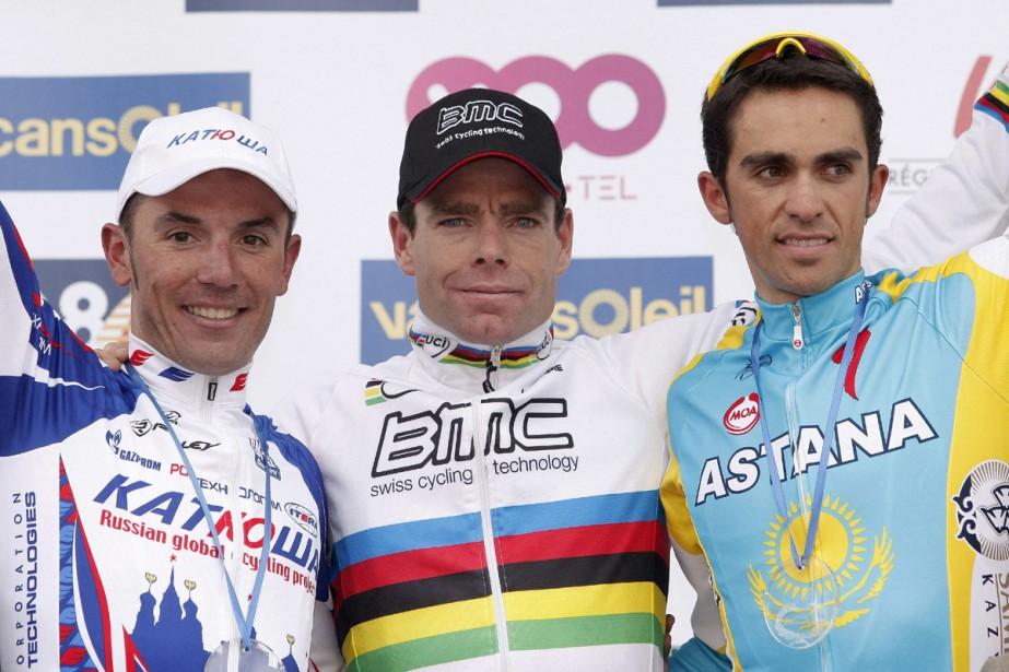 Alberto Contador sur le podium, aux côtés de... (Photo: AFP)