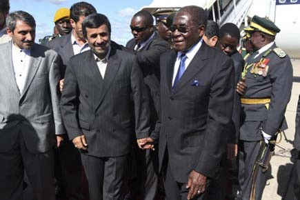 Le président iranien et son homologue zimbabwéen se... (Photo: Tsvangirayi Mukwazhi, AP)