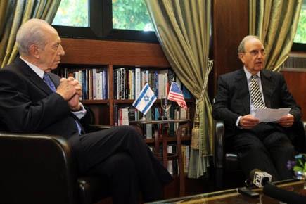 Le président israélien Shimon Peres et l'envoyé spécial... (Photo AFP)