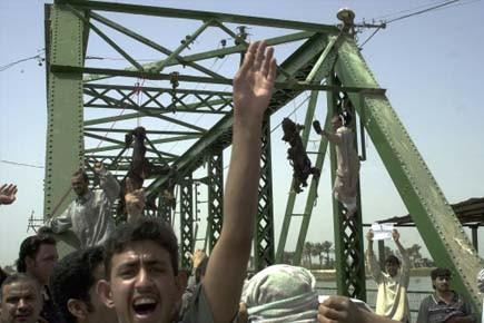 Les corps des quatre gardes avaient été brûlés... (Photo: Khalid Mohammed, archives AP)