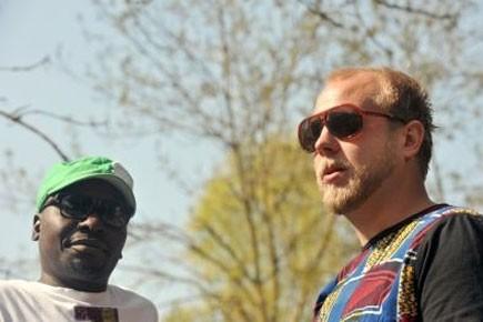 Malawian Esau Mwamwaya (à gauche) et Johan Karlsberg... (Photo: AFP)