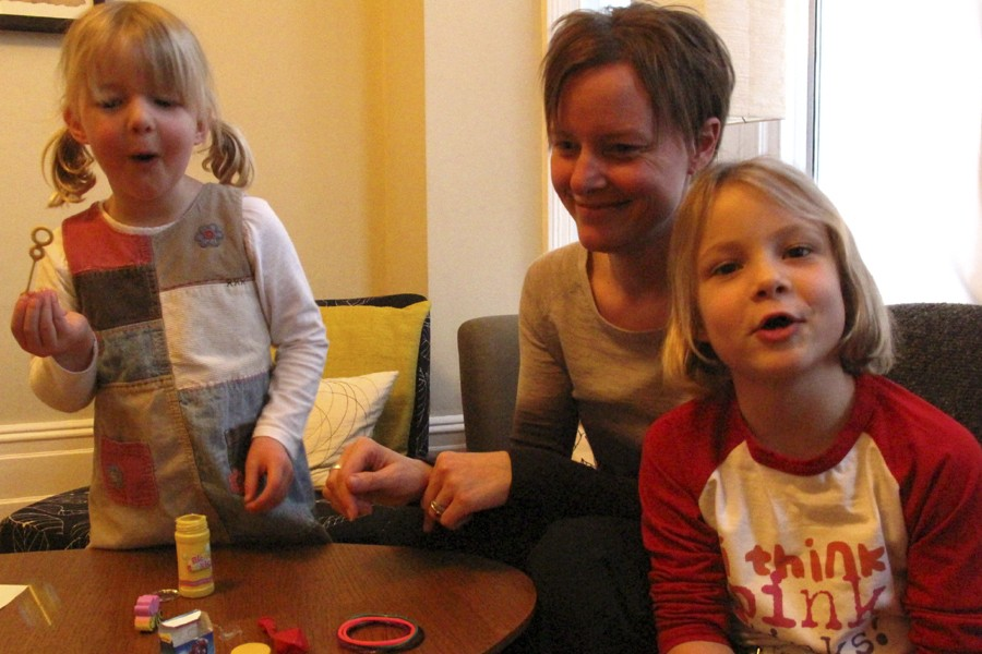 Emma Moore, cofondatrice de Pinkstinks avec ses filles... (Photo: Mali Ilse Paquin, collaboration spéciale)