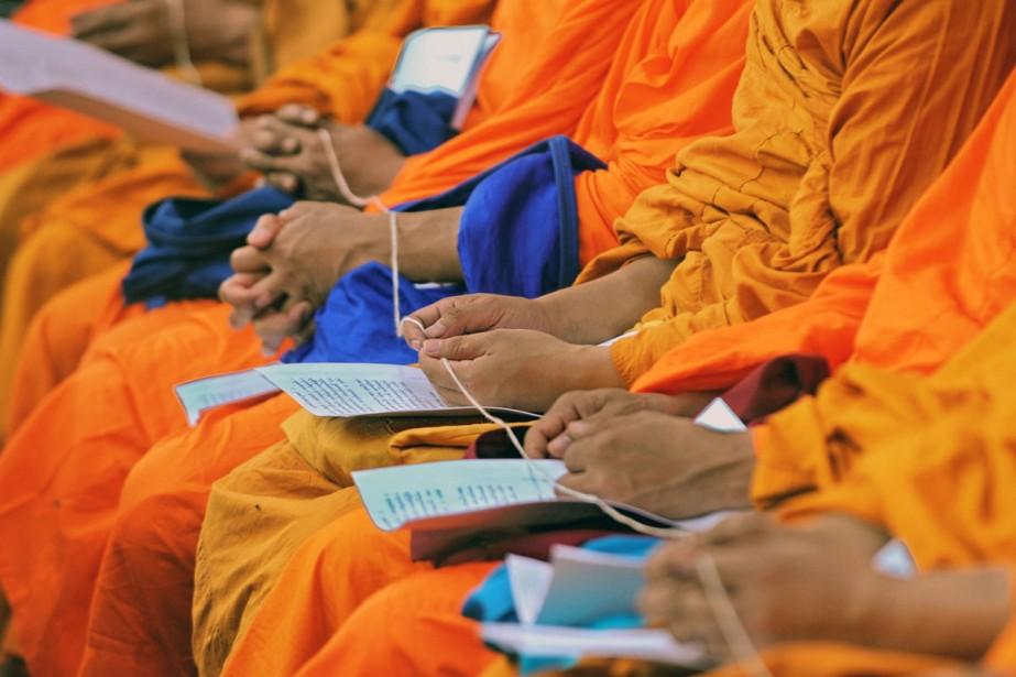 Des moines prient pendant les funérailles des dernières... (Photo: AFP)