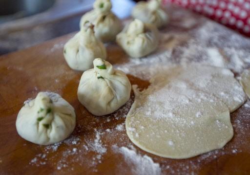 La pâte à momo maison se roule avec... (Photo: Alain Roberge, La Presse)