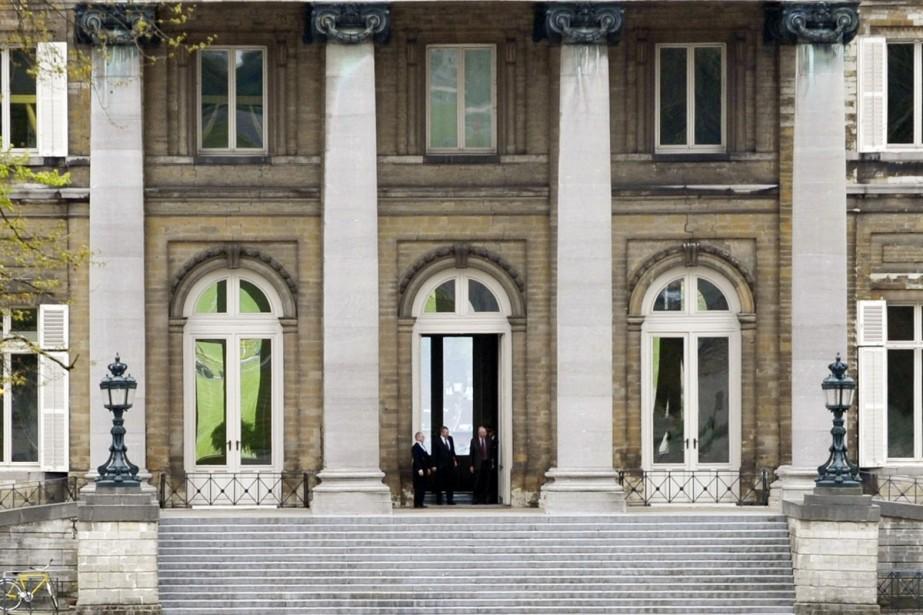 Le premier ministre démissionnaire, Yves Leterme, quitte le... (Photo: Reuters)