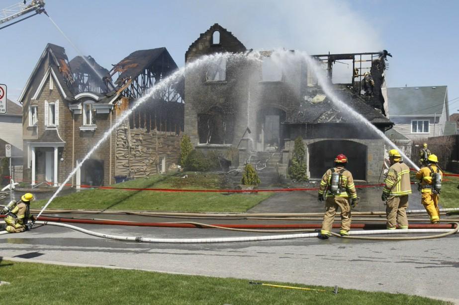Les pompiers combattent l'incendie qui a pris naissance... (Photo: Patrick Sanfaçon)