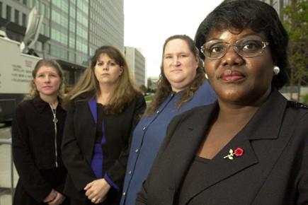 Les femmes qui portent plainte, en 2003.... (Photo AP)