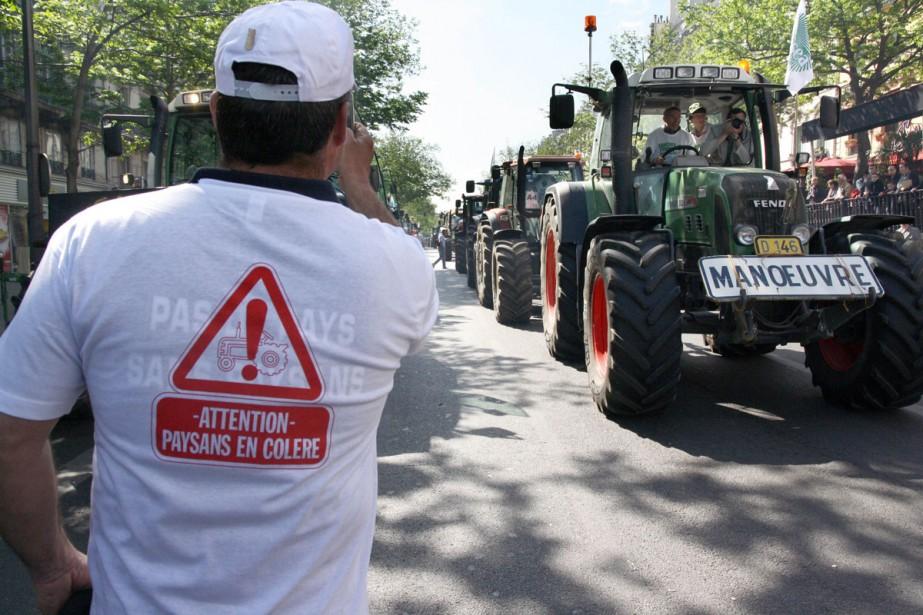 «Attention, fermiers en colère», prévient le slogan imprimé... (Photo: AFP)