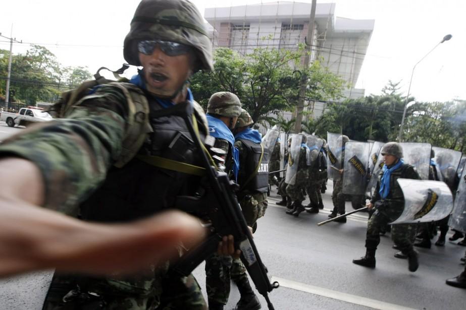 Des soldats thaïlandais s'apprêtent à charger des manifestants... (Photo: Reuters)