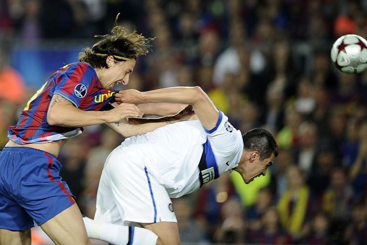 Zlatan Ibrahimovic, du FC Barcelone, et Lucio, de... (Photo: AFP)