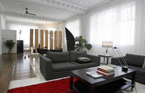 Le designer d'intérieur Christian Bélanger a réussi à créer un aménagement contemporain et convivial, tout en préservant l'esprit commercial de l'édifice d'origine: une ancienne succursale de la Banque d'épargne. | 30 mars 2011