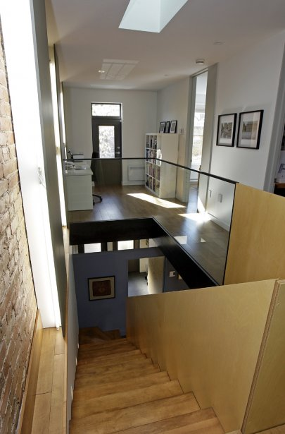 Un couple de l'arrondissement du Plateau-Mont-Royal a fait appel à l'agence d'architecture et de design _naturehumaine pour transformer un duplex délabré en cottage et réaliser un agrandissement en porte-à-faux. | 30 mars 2011