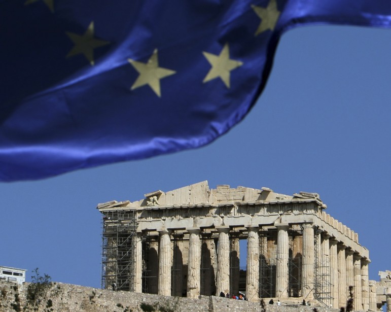 La crise en Grèce oblige l'Union européenne à... (Photo: Thanassis Stavrakis, AP)