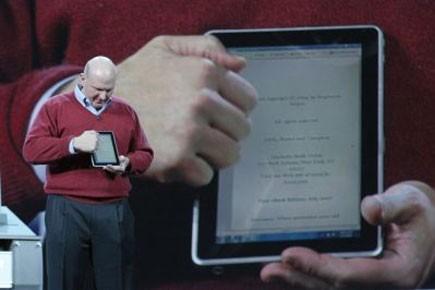 Steve Ballmer présentant le prototype de la tablette... (Photo: AFP)