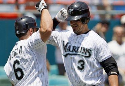 Jorge Cantu et Dan Uggla des Marlins.... (Photo: Wilfredo Lee, archives ap)