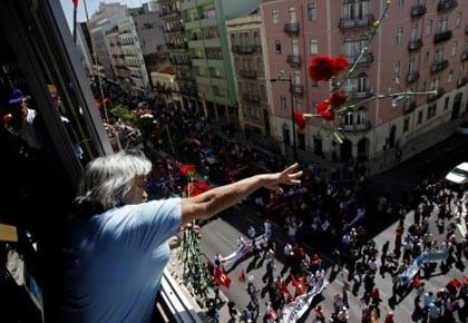Une Portugaise lance des roses lors de la... (Photo: Francisco Seco, ap)