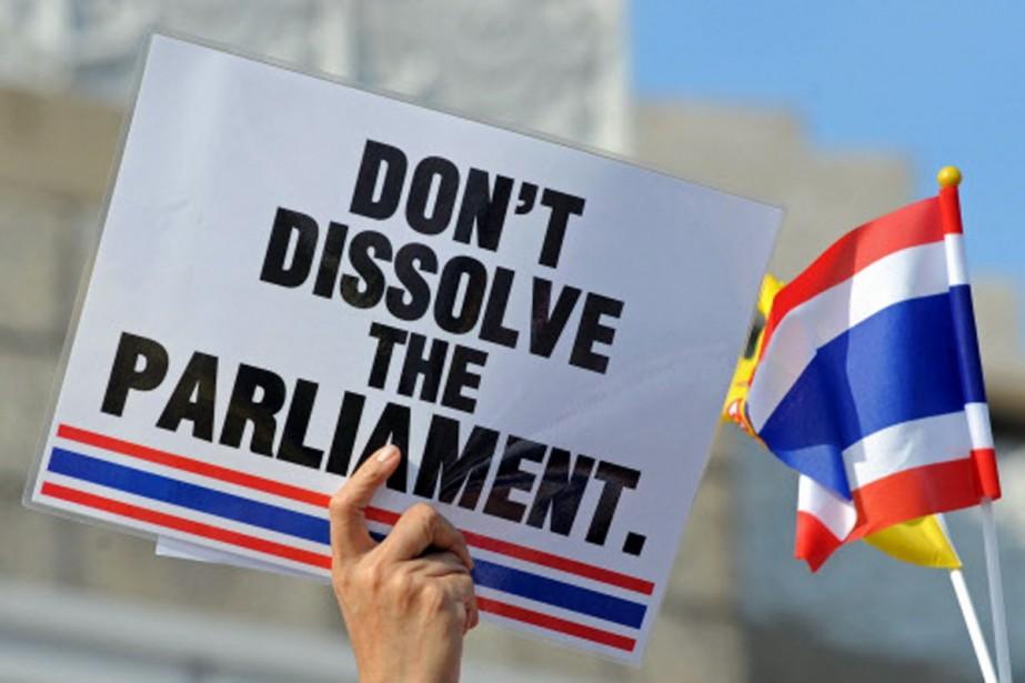 Un partisan demande au premier ministre de tenir... (Photo: AFP)
