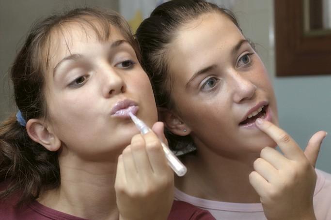 La consommation de produits de beauté augmente chez les filles... (Photos.com)