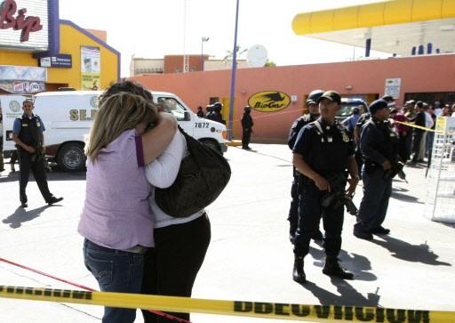 Deux femmes pleurent la mort d'un proche, tué... (Photo: AFP)