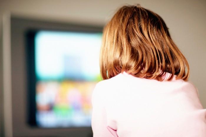 Les parents qui mettent leur bébé devant la télévision... (Photos.com)