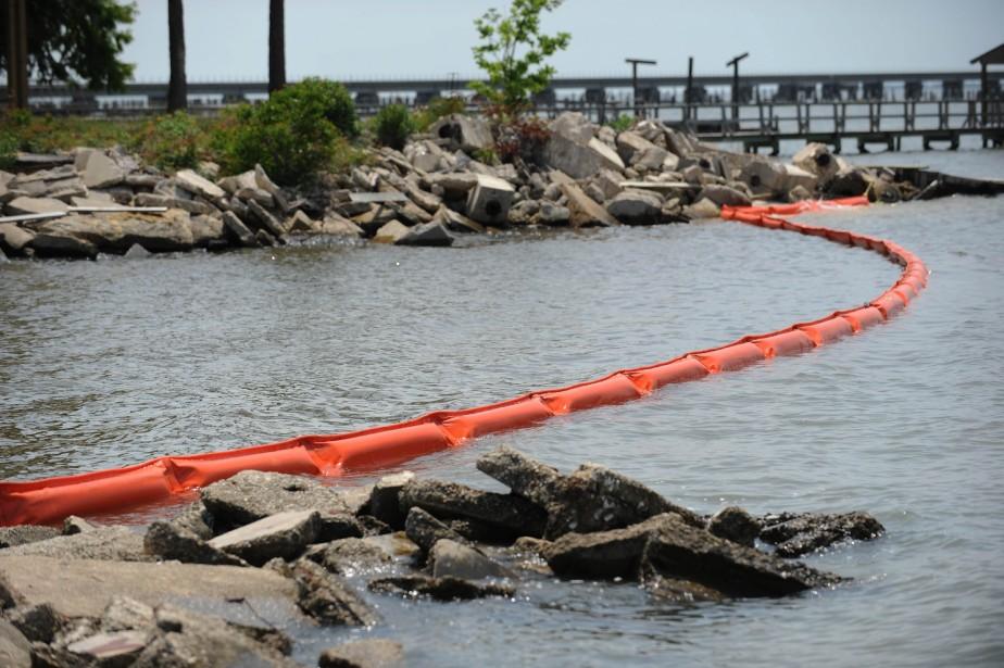 Les barrières flottantes se multiplient le long des... (PHOTO: STAN HONDA, AFP)