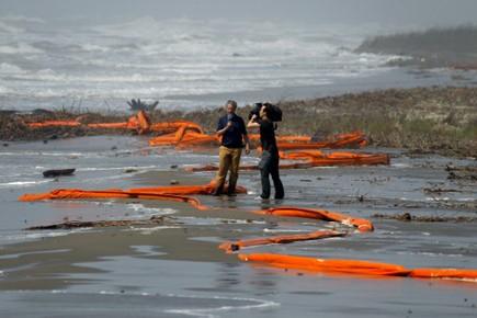 Une équipe de télévision en Louisiane, sur les... (Photo Reuters)