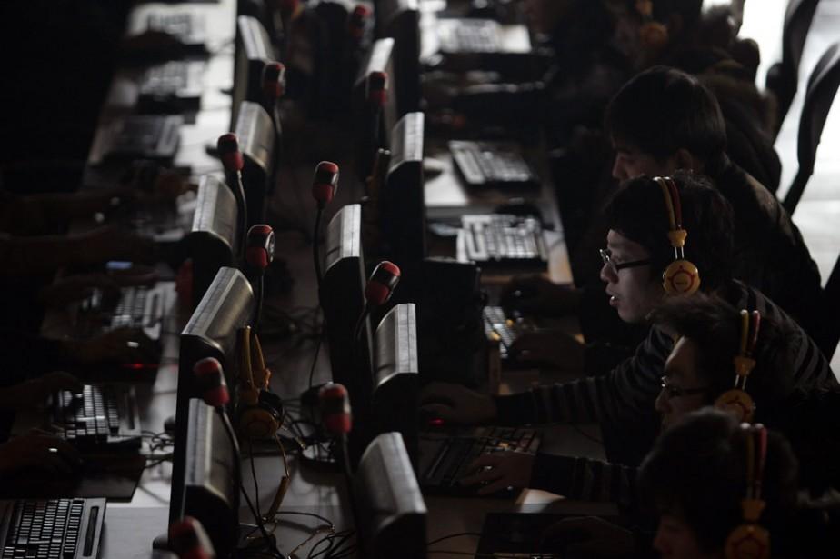 Des Chinois dans un café internet de la...
